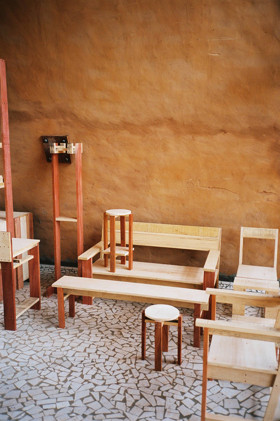 Diferentes piezas de la familia de mobiliario para el colegio de Thionck Essy.