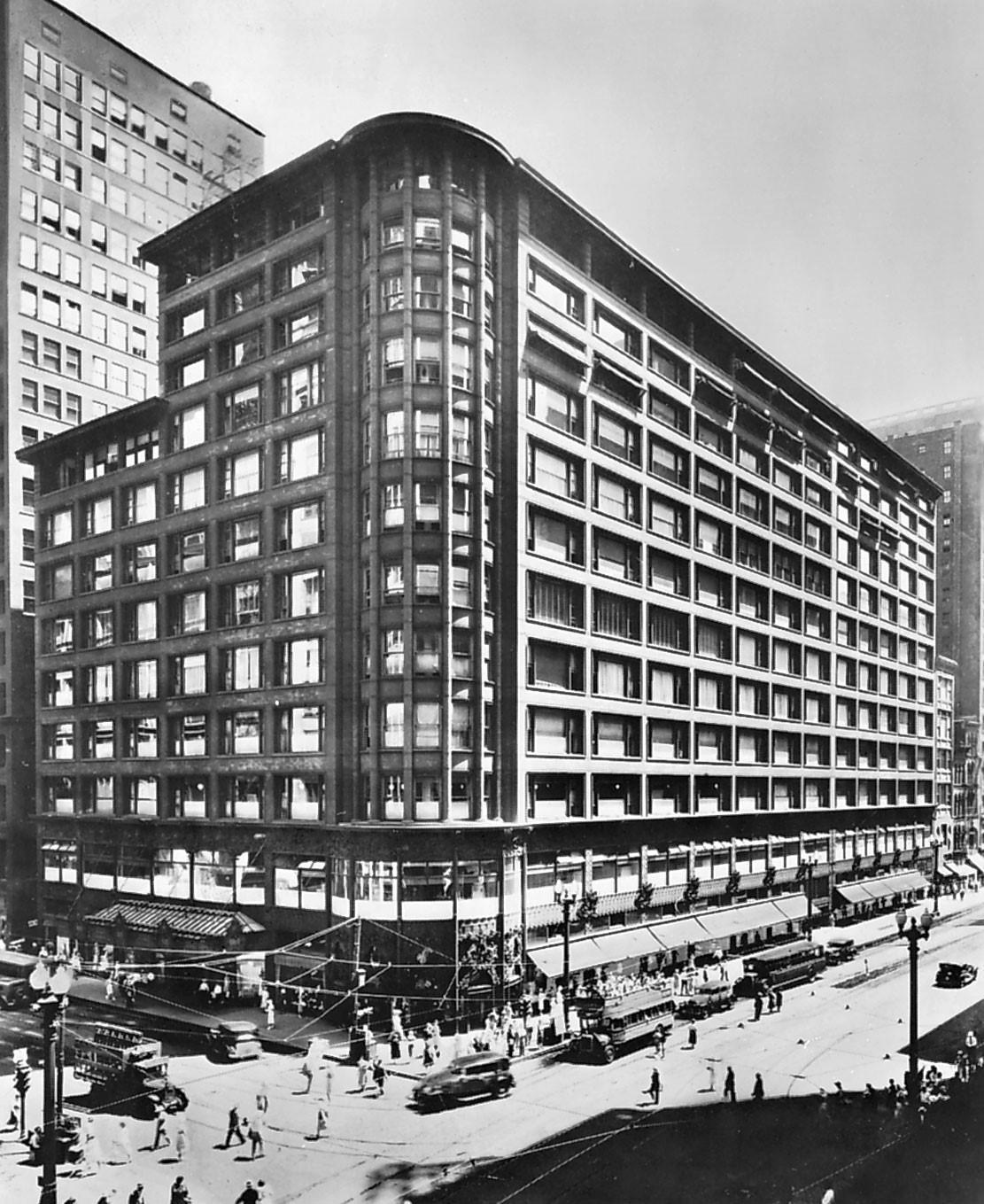 Almacén Carson o Centro Sullivan, 1899. Este edificio fue diseñado y realizado por el arquitecto Louis H. Sullivan en el estilo arquitectónico predominante a finales del S. XIX: el funcionalismo